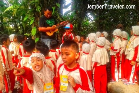 Bapak Riyadi Arianto yang bernyanyi sambil bermain ukulele