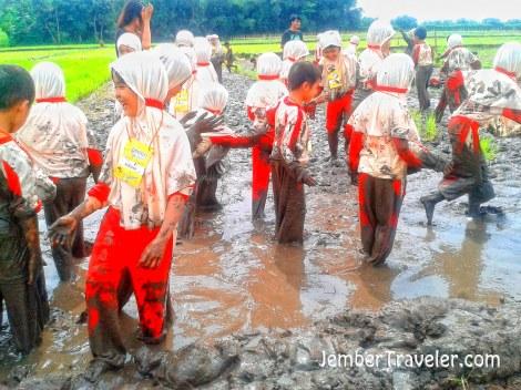 Anak-anak sudah siap melihat cara menanam bibit padi