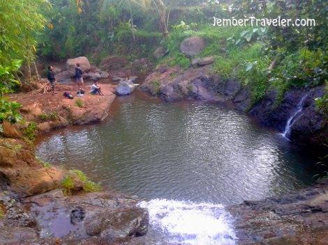 Di antara kedua air terjun dihubungkan oleh sebuah kolam