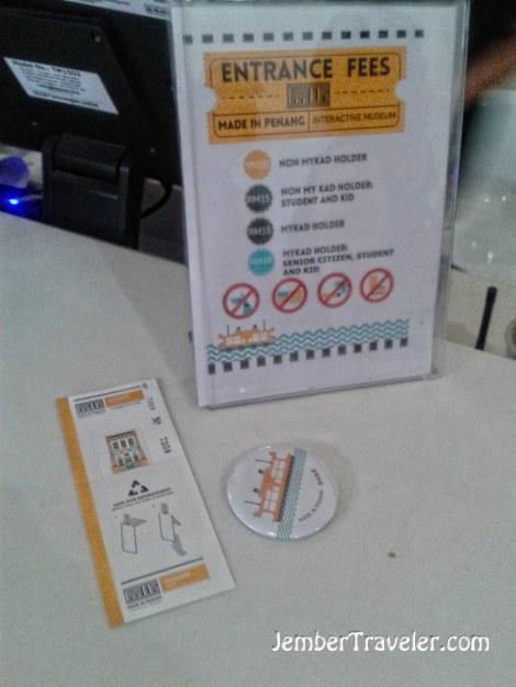 Tiket masuk dan pin khusus wisatawan asing