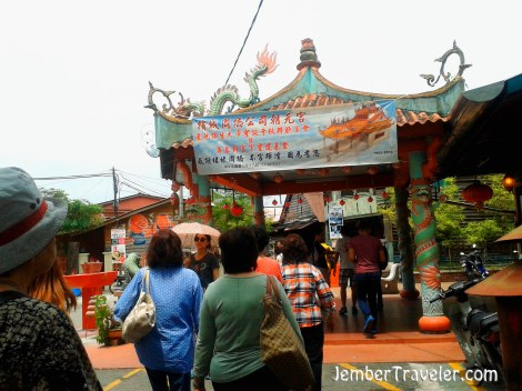 Pengunjung memasuki gerbang Chew Jetty
