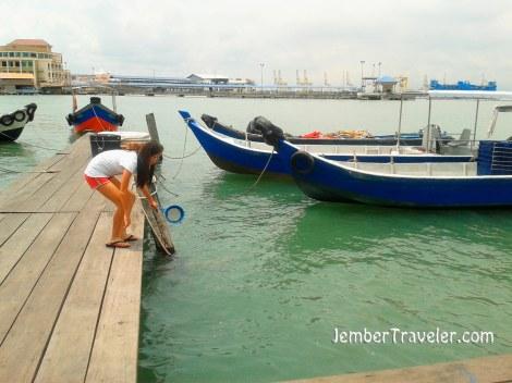 Pengunjung mencari ikan